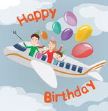 Tarjeta del feliz cumpleaños Familia en el avión Familia feliz con los globos Imagen de archivo libre de regalías