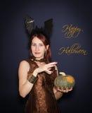 Tarjeta del feliz Halloween con la bruja Fotos de archivo