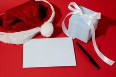 Tarjeta del fondo con una enhorabuena en la Navidad y el Año Nuevo Imagen de archivo