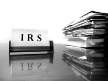 Tarjeta del IRS con los ficheros de impuesto fotos de archivo
