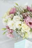 Tarjeta del menú con las flores hermosas en la tabla en día de boda Foto de archivo