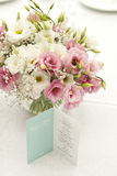 Tarjeta del menú con las flores hermosas en la tabla en día de boda Fotos de archivo