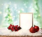 Tarjeta del mensaje con los ornamentos de la Navidad Foto de archivo libre de regalías