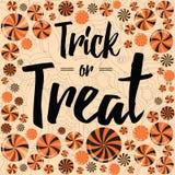 Tarjeta del partido de Halloween Diseño de la bandera del truco o de la invitación con las piruletas brillantes Fotos de archivo
