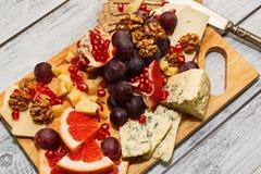 Tarjeta del queso con las frutas Fotos de archivo libres de regalías