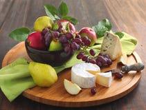 Tarjeta del queso con las frutas Fotografía de archivo