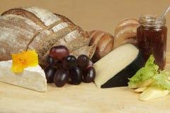 Tarjeta del queso con pan y fruta de centeno Imagenes de archivo