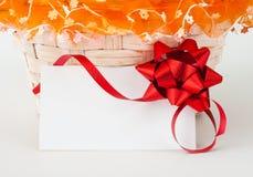 Tarjeta del regalo contra la actual cesta Fotos de archivo