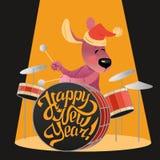 Tarjeta del ` s del Año Nuevo con un perro divertido que juega en los tambores Imágenes de archivo libres de regalías
