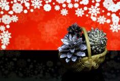 Tarjeta del ` s de la Navidad y del Año Nuevo Decoraciones en una superficie negra de la reflexión de espejo Foto de archivo libre de regalías
