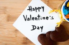 Tarjeta del ` s de la tarjeta del día de San Valentín en un fondo de madera Fotografía de archivo libre de regalías