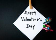 Tarjeta del ` s de la tarjeta del día de San Valentín en un fondo negro Imágenes de archivo libres de regalías