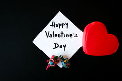 Tarjeta del ` s de la tarjeta del día de San Valentín en un fondo negro Fotografía de archivo libre de regalías