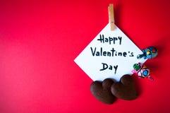Tarjeta del ` s de la tarjeta del día de San Valentín en un fondo rojo Fotografía de archivo
