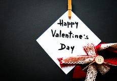 Tarjeta del ` s de la tarjeta del día de San Valentín en una tierra de la parte posterior del negro Fotografía de archivo libre de regalías