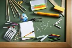 Tarjeta del verde de la pizarra de la escuela del ABC de nuevo a escuela Fotos de archivo libres de regalías