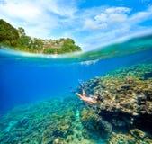 Tarjeta del viaje con una mujer que flota en un fondo de islan verde Fotografía de archivo libre de regalías