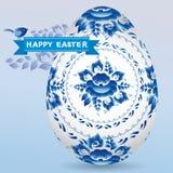 Tarjeta del vintage con el ornamento floral azul del gzhel del huevo, polluelo de la cinta Pascua feliz Fotografía de archivo