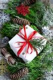 Tarjeta del vintage de la Navidad Caja de regalo festiva, ramas coníferas a Fotos de archivo libres de regalías