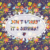 Tarjeta divertida de la inspiración del verano con el estampado de flores Foto de archivo