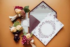 Tarjeta elegante de la invitación con el sobre Foto de archivo