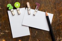 Tarjeta en blanco blanca con el clip colorido 2017 Imagen de archivo