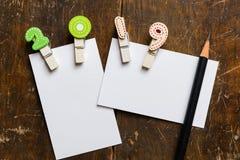Tarjeta en blanco blanca con el clip colorido 2019 Foto de archivo