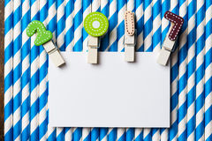 Tarjeta en blanco blanca con el clip 2017 en la paja blanca azul de la raya Fotos de archivo libres de regalías