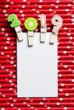 Tarjeta en blanco blanca con el clip 2019 en la paja blanca roja de la estrella Foto de archivo