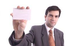 Tarjeta en blanco blanca holded por un hombre de negocios Foto de archivo