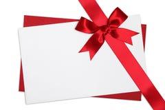 Tarjeta en blanco con el arqueamiento rojo de la cinta Fotos de archivo libres de regalías