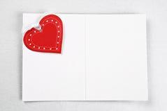 Tarjeta en blanco con el corazón y la cinta rojos Imagen de archivo