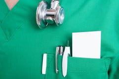 Tarjeta en blanco con el espacio del texto en el bolsillo del médico Fotos de archivo libres de regalías