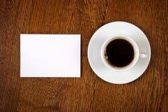 Tarjeta en blanco con la taza de café Foto de archivo libre de regalías