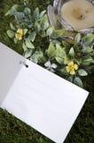Tarjeta en blanco con la vela Fotos de archivo libres de regalías