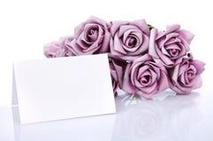Tarjeta en blanco con las flores púrpuras Fotografía de archivo
