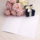Tarjeta en blanco con las flores y el regalo Imagenes de archivo