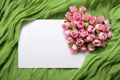 Tarjeta en blanco con las rosas Fotografía de archivo