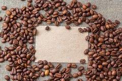 Tarjeta en blanco con los granos de café Imagen de archivo