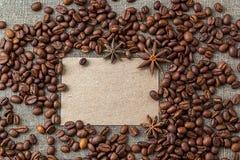 Tarjeta en blanco con los granos de café Fotografía de archivo libre de regalías