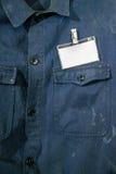 Tarjeta en blanco de la identificación en la chaqueta del trabajador Imagen de archivo