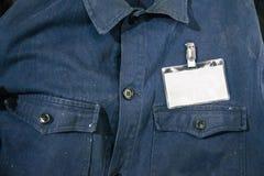 Tarjeta en blanco de la identificación en la chaqueta del trabajador Fotos de archivo libres de regalías