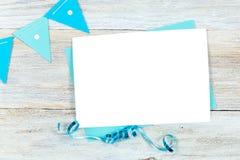 Tarjeta en blanco de la maqueta, del cumpleaños o del partido de la invitación de la tarjeta de felicitación Foto de archivo libre de regalías