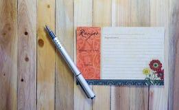 Tarjeta en blanco de la receta en el fondo de madera Fotos de archivo
