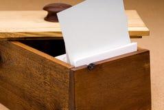 Tarjeta en blanco de la receta en un rectángulo de madera foto de archivo