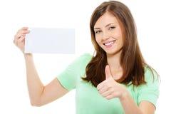 Tarjeta en blanco del asimiento de la mujer y thumbs-up el mostrar Foto de archivo libre de regalías