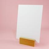 Tarjeta en blanco del menú con el muelle derecho de madera Imágenes de archivo libres de regalías