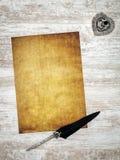 Tarjeta en blanco del vintage con tinta y la canilla en el roble pintado blanco - visión superior imagenes de archivo