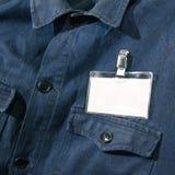 Tarjeta en blanco en la chaqueta del trabajador Fotos de archivo