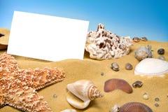 Tarjeta en blanco en la playa Imagenes de archivo